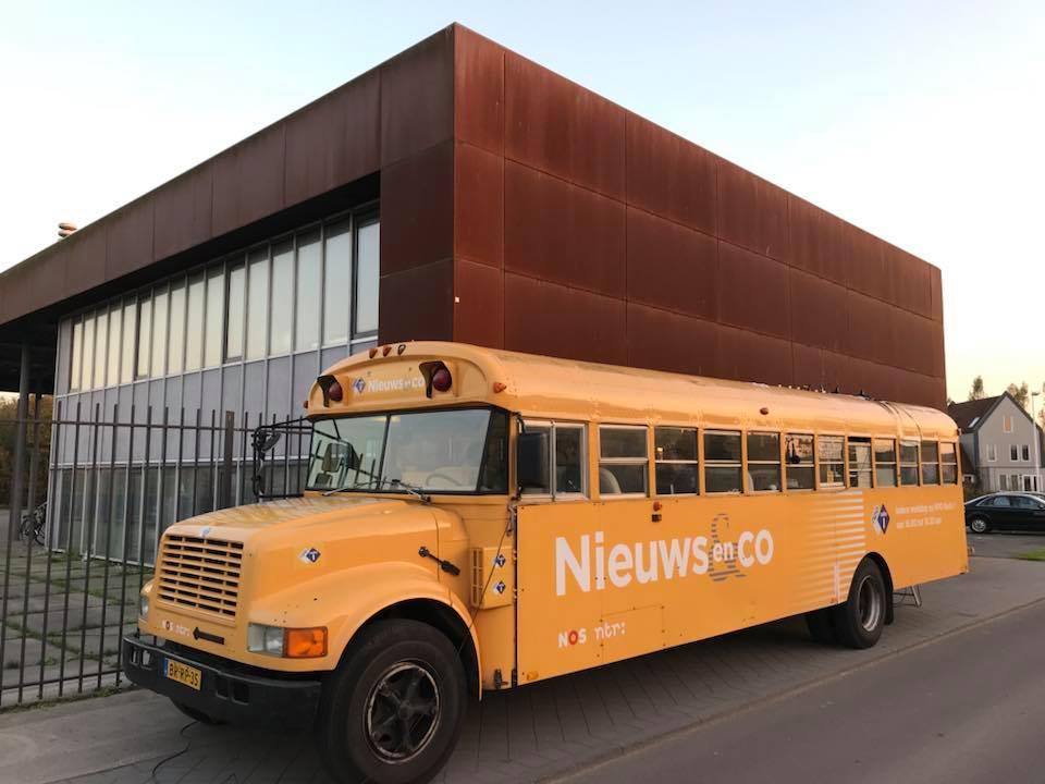 De gele bus van Radio 1 Nieuws en Co bij Hart voor Leidsche Rijn